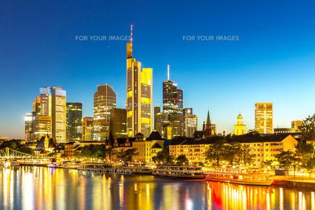 Frankfurt Skyscraper Germany duskの写真素材 [FYI00786635]