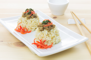 Rice Topped with Stir-Fried Pork and Basil and Chopsticks and Small Cupの写真素材 [FYI00786655]