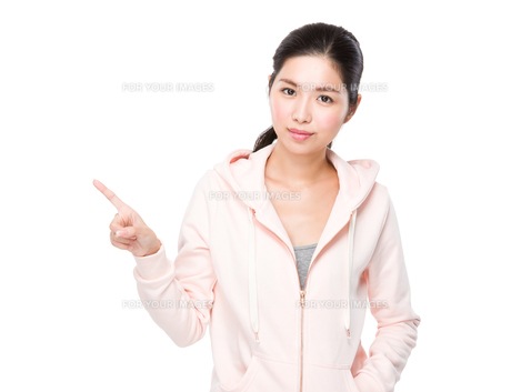 Asian woman showing finger upの素材 [FYI00786722]