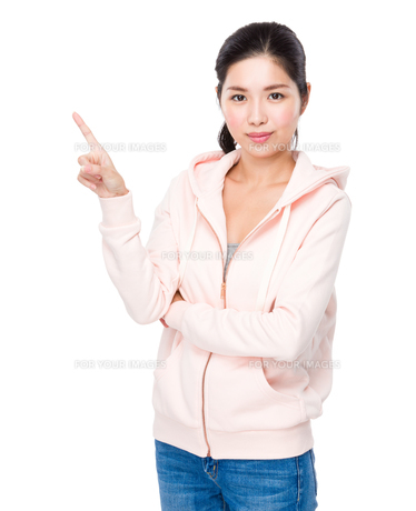 Asian woman with finger point upの素材 [FYI00786735]
