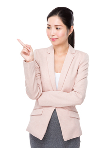 Businesswoman with finger point upの素材 [FYI00786760]