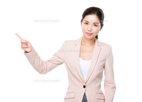 Asian Businesswoman with finger point upの素材 [FYI00786768]
