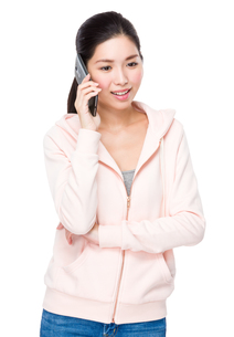 Young woman talk to cellphoneの写真素材 [FYI00786777]