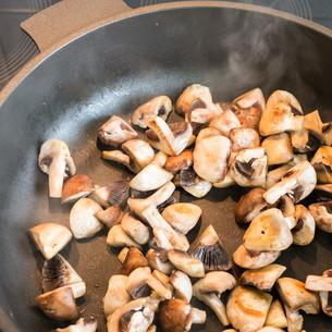 mushrooms in a panの写真素材 [FYI00786791]