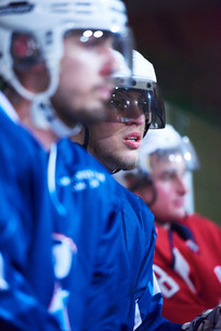 ice hockey players on benchの素材 [FYI00786882]