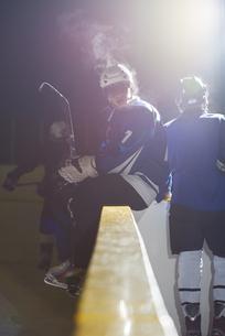 ice hockey players on benchの素材 [FYI00786902]