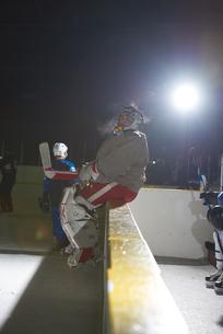 ice hockey players on benchの素材 [FYI00786938]