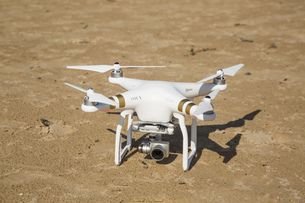 drone standing in the sand at the beachの写真素材 [FYI00786980]