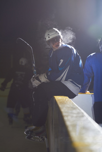 ice hockey players on benchの素材 [FYI00786983]