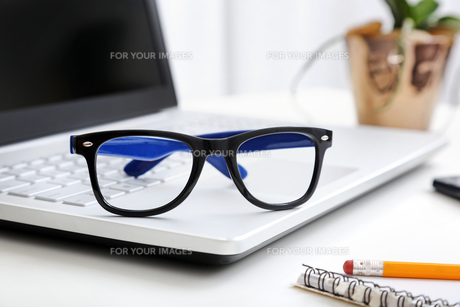 workspace with hipster glasses on laptopの素材 [FYI00786991]