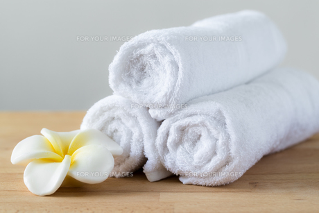 Frangipani flower with towel won wooden tableの素材 [FYI00787073]