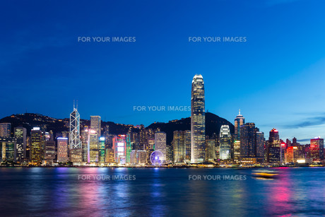 Hong kong city skyline at nightの写真素材 [FYI00787114]