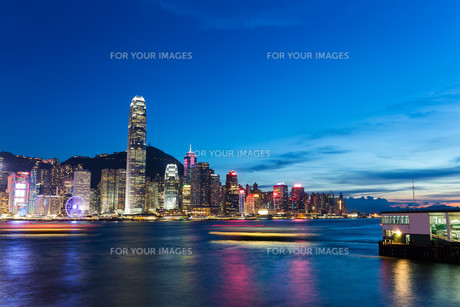 Hong Kong skyline at nightの写真素材 [FYI00787117]