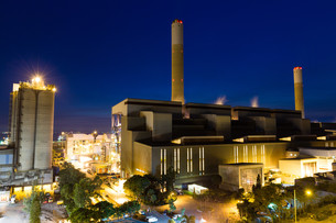 Coal power station and cement plant at nightの写真素材 [FYI00787119]