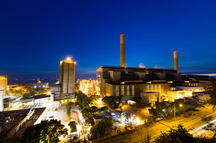 Coal power station and cement plant at nightの写真素材 [FYI00787129]
