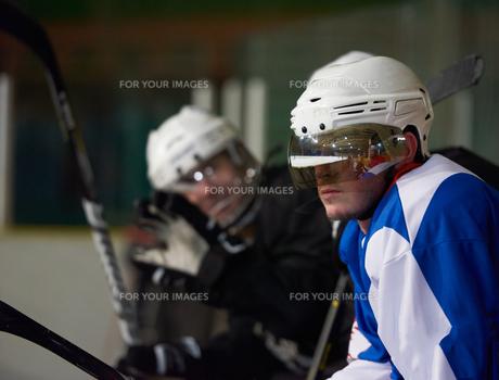 ice hockey players on benchの素材 [FYI00787183]
