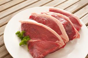 Four fresh raw beef steaksの写真素材 [FYI00787256]
