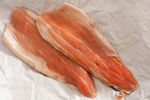 Two fresh raw trout filletsの写真素材 [FYI00787289]