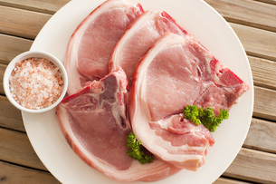 Raw pork cutlets with their rindの写真素材 [FYI00787301]