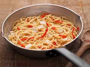 rustic traditional italian aglio olio spaghetti pastaの写真素材 [FYI00787376]