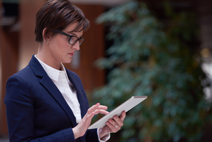 business woman working on tabletの写真素材 [FYI00787564]