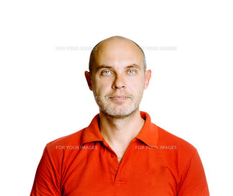 Unshaven tranquil middle-aged man in a red T-shirt. Studio. isolatedの写真素材 [FYI00787641]