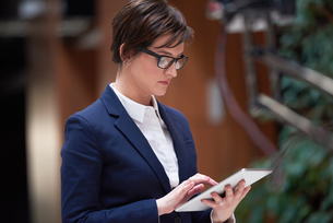 business woman working on tabletの写真素材 [FYI00787650]