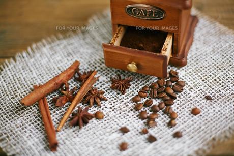 Coffee, cinnamon and aniseの写真素材 [FYI00787764]