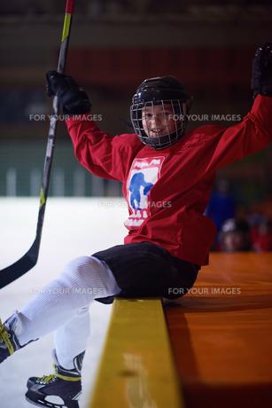 children ice hockey players on benchの素材 [FYI00787791]