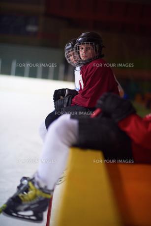 children ice hockey players on benchの素材 [FYI00787832]