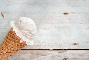Close up vanilla ice cream coneの写真素材 [FYI00787857]