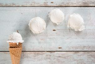 Vanilla ice cream coneの写真素材 [FYI00787879]