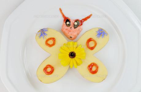 butterfly heart-shaped potato halvesの写真素材 [FYI00787884]