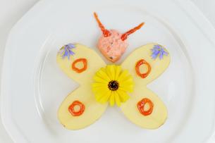 butterfly heart-shaped potato halvesの写真素材 [FYI00787910]