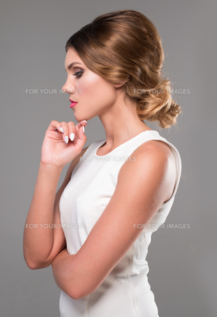 beauty woman with retro hairstyle looking to the sideの写真素材 [FYI00787969]