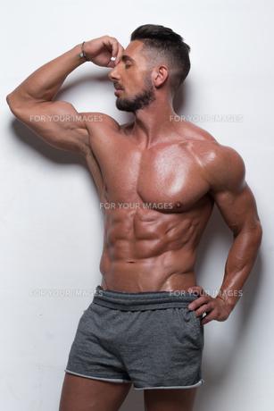 Muscular Man Wearing Gray Athletic Shortsの素材 [FYI00788013]