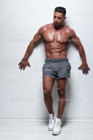 Muscular Man Wearing Gray Athletic Shortsの素材 [FYI00788018]
