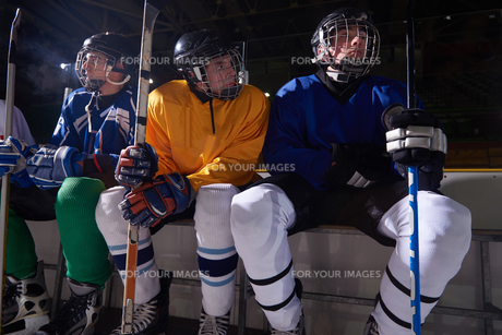 ice hockey players on benchの素材 [FYI00788105]