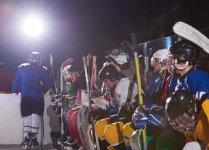 ice hockey players on benchの素材 [FYI00788129]