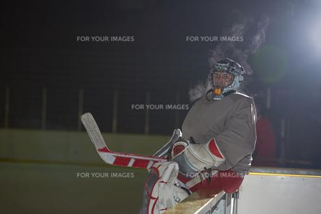 ice hockey players on benchの素材 [FYI00788140]