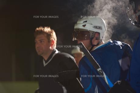 ice hockey players on benchの素材 [FYI00788148]