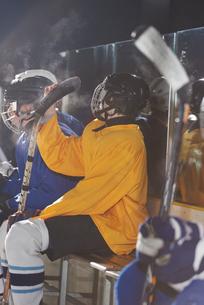 ice hockey players on benchの素材 [FYI00788155]