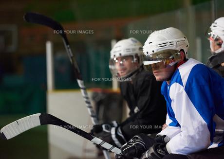 ice hockey players on benchの素材 [FYI00788164]