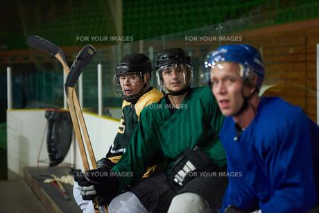 ice hockey players on benchの素材 [FYI00788215]