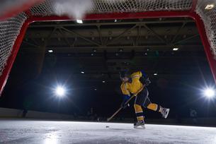 teen ice hockey player in actionの写真素材 [FYI00788313]