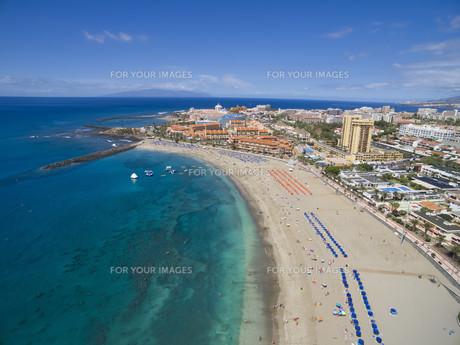 Aerial shot of beautiful beach and ocean in Adeje Playa de las Americas, Tenerife islands, Spainの素材 [FYI00788320]