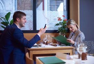 business couple having dinnerの写真素材 [FYI00788454]