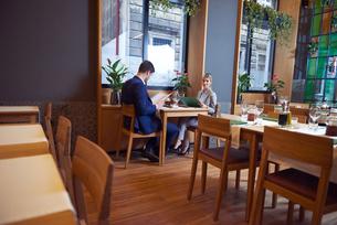 business couple having dinnerの写真素材 [FYI00788459]