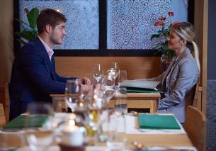 business couple having dinnerの写真素材 [FYI00788476]