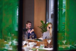 business couple having dinnerの写真素材 [FYI00788479]